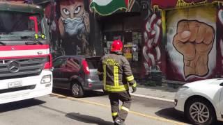 getlinkyoutube.com-Immagini: Milano, i Vigili del Fuoco spengono l'incendio al Lambretta