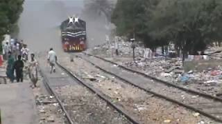 "getlinkyoutube.com-Pakistan Railways First Luxury Train ""The Green Line"" Honking & Jumping Arrival At Karachi."