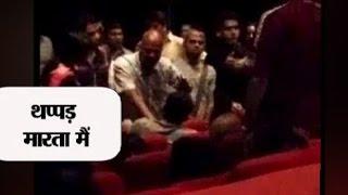 getlinkyoutube.com-'Thapad Maarta Main,' says a Mumbaikar to a family for 'disrespecting' national anthem