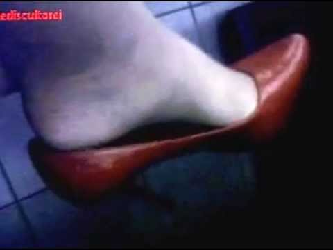 DANGLING, SHOEPLAY, PIEDINI VELATI IN COLLANT COLOR DAINO E SCARPETTE ROSSE