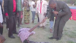 Tazama binti akimpiga mchungaji ( mapepo )