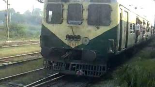 getlinkyoutube.com-Duronto given a superb parallel chase by Delhi EMU from Sahibabad