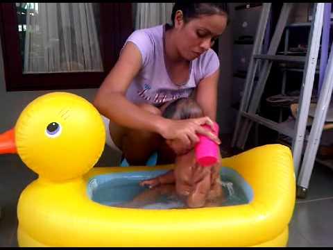 Aca mandi di bak bebek dari Lek' Nek - Mu'uciiih Lek' Neeeek.3GP