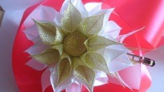 getlinkyoutube.com-Как сделать заколку Канзаши . Школьная идея . Цветы из лент . Flowers of the tapes