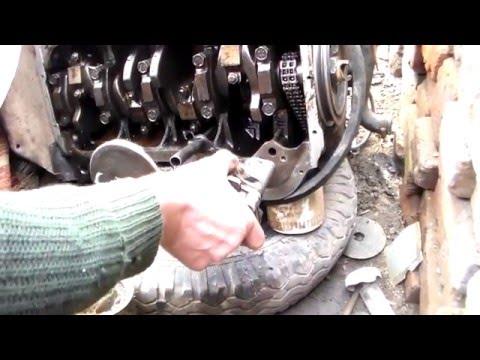 Установка масляного насоса с шестерней привода.Install the oil pump drive gear.