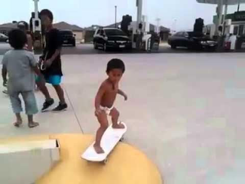 O skatista de fraldas   Dois anos e já sabe andar de skate