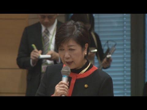 小池希望代表が続投表明 排除発言謝罪、辞任要求も 希望の党の小池百合子代表(東京都知事)は25日、国会内で開いた両院議員懇談会で、50議席獲得にとどまった衆院選の不振を謝罪した。終了後、自らの出処進退に関し記者団に「創業者としての責任があり、続けていきたい」と述べ、続投を表明した。ただ懇談会では、小池氏が民進党との合流に際し持ち出した「排除の論理」に批判が集まり、辞任要求が相次いだ。