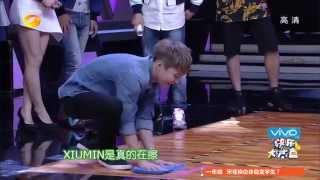 getlinkyoutube.com-《快乐大本营》看点 Happy Camp 10/25 Recap: EXO玩擦地板游戏笑料百出-EXO Hilarious Floor Sweeping Game【湖南卫视官方版】
