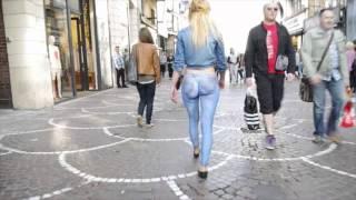 getlinkyoutube.com-Elle se balade cul nu dans la rue