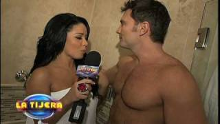 getlinkyoutube.com-Carolina se bañó con Julián Gil