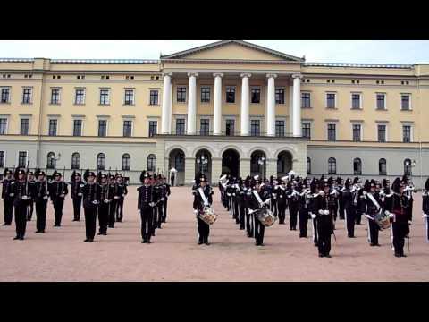 norwegian Soldiers dancing thriller