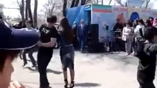 getlinkyoutube.com-Казах танцует лезгинку с чеченкой