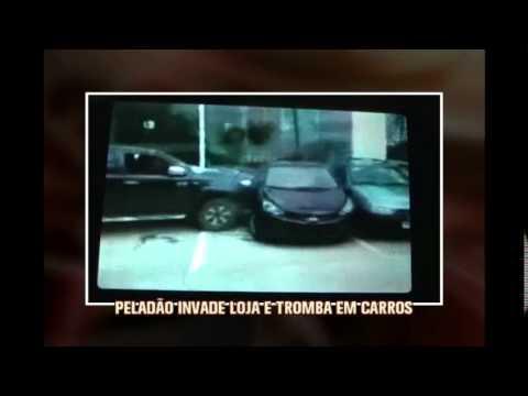 Para 'chamar atenção', homem bate carro em vidraça de loja, tira roupa, ri e manda beijos