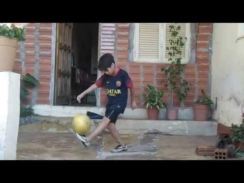 Niño Que Juega Muy Bien Al Futbol