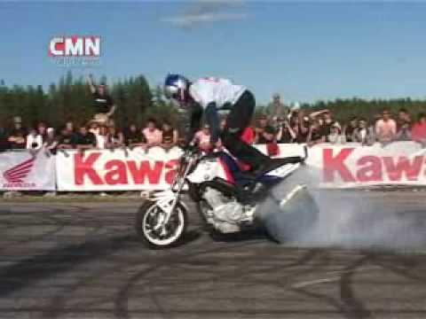 zerinho, empinando moto de pé no banco  - motociclismo