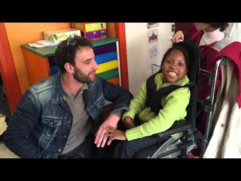 El actor Dani Rovira dialogando con la pequeña Yeneba, alumna del colegio