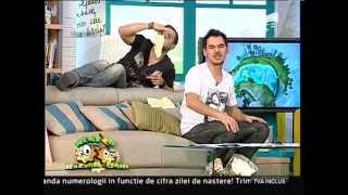 getlinkyoutube.com-Dani cade de pe canapea!
