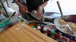 getlinkyoutube.com-Таец готовит еду на макашнице. Пхукет. Таиланд.