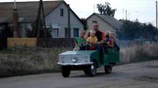 2、3歳の子供が運転。お父さんと兄弟を送り届ける。
