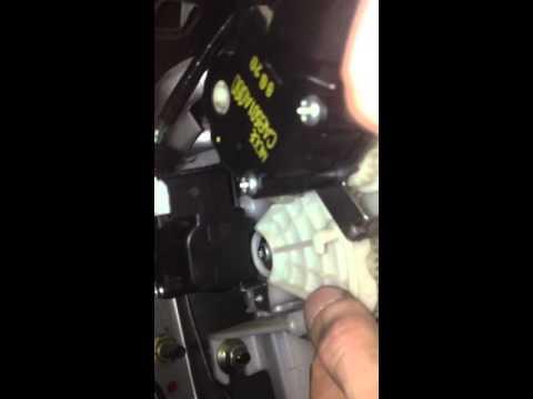 Где находится в Mitsubishi Lancer Cedia предохранитель обогрева заднего стекла