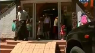 getlinkyoutube.com-levantando a saia das mulheres na rua com vento forte - pegadinha muito engraçada