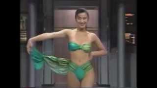 getlinkyoutube.com-鈴木京香さん グリーンのセパレーツ水着_パレオをはずす