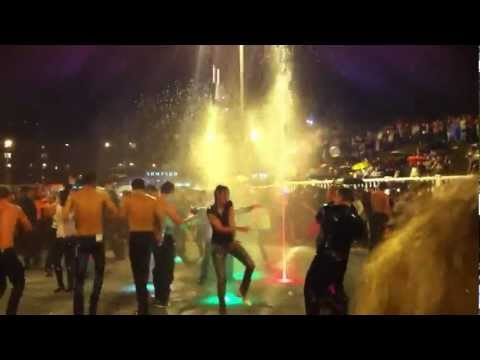Народ в фонтане на день города 2014. Калуга