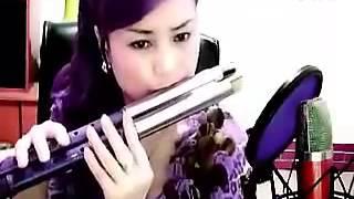 getlinkyoutube.com-Phát sốt với cô gái thổi sáo mèo kép quá hay