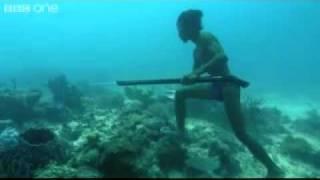 getlinkyoutube.com-Indígena pescando a buceo libre