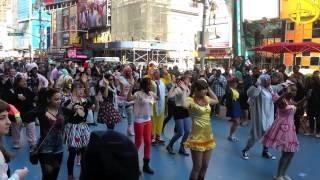 getlinkyoutube.com-Kyary Pamyu Pamyu Flashmob NYC 2013 - Tsukema Tsukeru