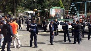 getlinkyoutube.com-Policías rescatan a chofer de linchamiento tras atropellar a menor