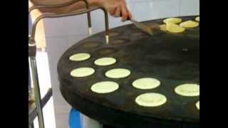 getlinkyoutube.com-صنع القطايف في حلويات الامير بمناسبة شهر رمضان المبارك