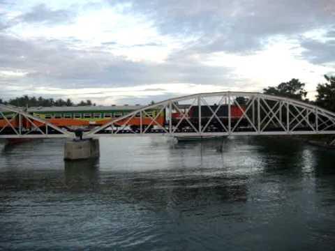 KA Sibinuang Reguler melewati jembatan Muaro Penjalinan.MPG