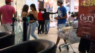 getlinkyoutube.com-Pelea en el mall plaza sur
