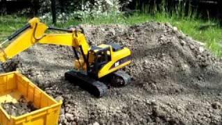 getlinkyoutube.com-CAT 320 D RC BRUDER ESCAVATORE EXCAVATOR BAGGER pelle test su terra in giardino garden.MPG