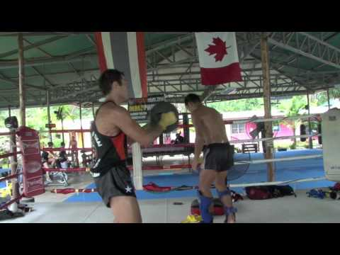 Roger Huerta Thaiboxing pad training with Kru Yod @ Tiger Muay Thai