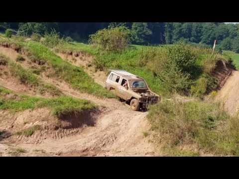 Nissan Terrano 2 Off-road проверяет со страхом глубину ямы которую в лёгкую пройдет патрол