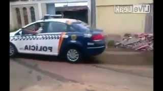 getlinkyoutube.com-Cavalo de Pau na Frente da Policía | Moto Policial Treinamento Fail | Bêbado Mergulhando