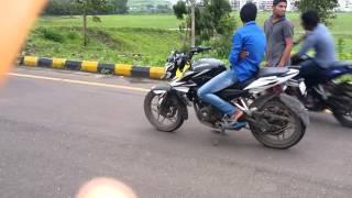 getlinkyoutube.com-Bajaj...Pulsar...  Ns.200 vs  200ns  stunt in kharghar rod