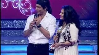 getlinkyoutube.com-Kajol accepts award from Shah Rukh Khan on Ajay Devgn's behalf