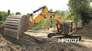 Large Excavator Work CAT 336D LME Swingging Dirt