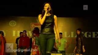 getlinkyoutube.com-Kanika Kapoor performance at  Lady Irwin | V3 Entertainment