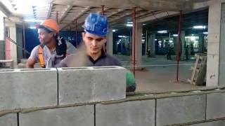 Como assentar bloco de concreto com a bisnaga de aplicação de argamassa
