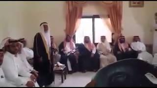 getlinkyoutube.com-علي بن حمري  يقبل رجل والده  ( موقف عظيم )