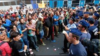 getlinkyoutube.com-Refugee crisis: Hundreds try to storm Vienna train, police shut down Budapest main station