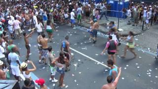 getlinkyoutube.com-Porradaria no Bloco da Preta Gil - Rio de Janeiro - Carnaval 2012