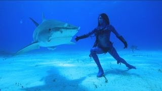 getlinkyoutube.com-Performance Artist Hannah Fraser, 'Mermaid', Dances with Sharks | Nightline | ABC News