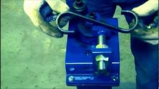 getlinkyoutube.com-Dobladora de hierros Faber: haciendo figuras semi circulares