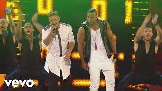 getlinkyoutube.com-Ricky Martin - La Mordidita (Premios Juventud 2015)[Courtesy of Univision] ft. Yotuel