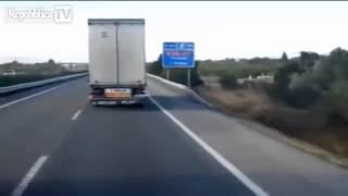 getlinkyoutube.com-Spagna - il vento forte solleva camion in corsa